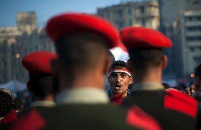 Armee auf dem Tahrir-Platz; Foto: AP