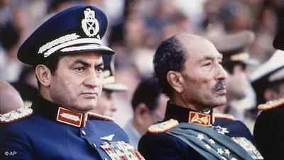 Hosni Mubarak (links) und Gamal Abdel Nasser (rechts) während einer Militärparade 1981; Foto: AP
