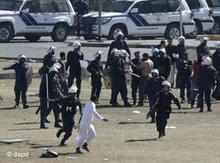 Bahrainische Sicherheitskräfte gehen am Pearl-Square in Manama gegen Demonstranten vor; Foto: Hassan Ammar/AP/dapd