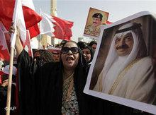 Porträts des bahrainischen Ministerpräsidenten Khalifa bin Salman Al Khalifa und des Königs Hamad bin Isa Al Khalifa werden während einer Pro-Regierungsdemonstration emporgehalten; Foto: Hassam Ammar/AP