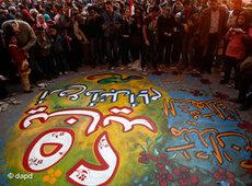 Ägypter versammeln sich vor 25. Januar-Grafitti am Tahrir-Platz in Kairo; Foto: dapd