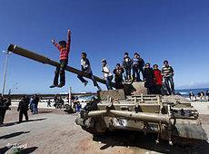 Kinder spielen auf einem Panzer in Bengasi; Foto: dapd