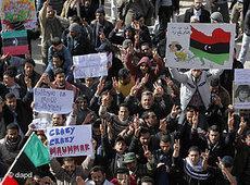 Libysche Demonstranten in Tobruk fordern das Ende der Willkürherrschaft Gaddafis; Foto: dapd