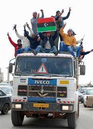 Aufständische feiern ihren Sieg in Benghazi, indem sie auf dem Dach eines LKW  durch die Stadt fahren; Foto: AP