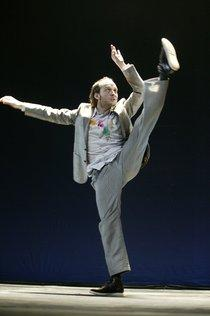 Sidi Larbi Cherkaoui tanzend während einer Aufführung; Foto: Kirsten Haarmann/Alfred Töpfer Stiftung Presse