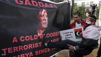 Anti-Gaddafi Plakat in Kairo; Foto: AP