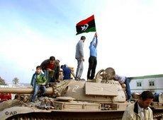 Regierungsgegner auf einem Panzer in Bengasi; Foto: AP