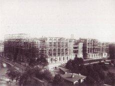 Bau des Reichstags in Berlin 1888; Foto: Stiftung Stadtmuseum (Hrsg.), StadtBlicke - Aus der Fotografischen Sammlung des Stadtmuseums Berlin, Berlin 2001, S. 76; Urheber: F. Albert Schwartz (gest. 1906).