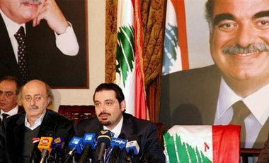 Saad Hariri (m.) neben Walid Jumblatt (l.) auf einer Pressekonferenz in Beirut; Foto: AP