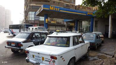 Taxis vor einer Tankstelle in Kairo; Foto: AP