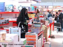 Besucherin der Buchmesse in Abu Dhabi; Foto: © Abu Dhabi International Book Fair