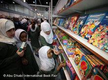 Mädchen sehen sich auf der Messe Kinderbücher an; Foto: Abu Dhabi International Book Fair