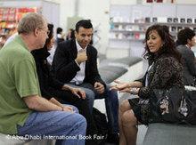 Besucher der Buchmesse im Gespräch; Foto: © Abu Dhabi International Book Fair