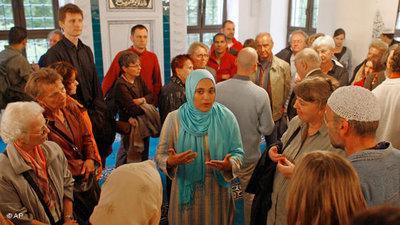 Besucher beim Tag der offenen Moschee in der Sehitlik-Moschee in Berlin; Foto: Markus Schreiber/AP