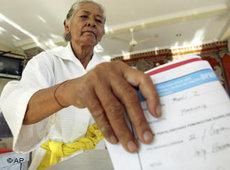 Indonesische Wählerin bei der Parlamentswahl 2009; Foto: AP