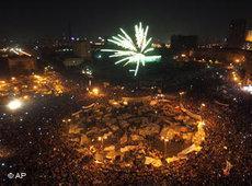 Ägypter feiern auf dem Tahrir-Platz den Rücktritt Mubaraks; Foto: Khalil Hamra/AP