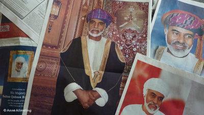 Elogen auf Sultan Qabus bin Said in omanischen Zeitungen zum 40-jährigen Amtsjubiläum; Foto: DW