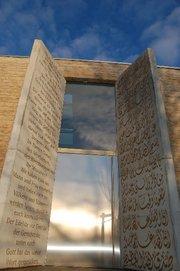 Koranverse auf Deutsch und Arabisch an  der Moschee Penzberg; Foto: www.islam-penzberg.de