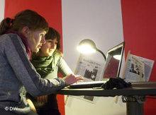 Die Armenierin Eva und Schottin Catriona bei der gemeinsamen Arbeit am Computer; Foto: DW