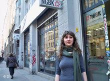 Eva vor der NGBK in Berlin; Foto: DW