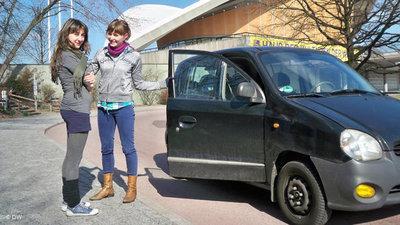 Eva und Catriona vor dem Haus der Kulturen der Welt in Berlin; Foto: DW