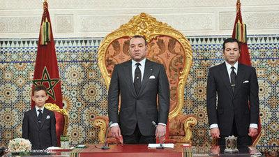 Mohamed VI. mit Prinz Moulay Rachid (rechts) und Prinz Moulay Hassan (links); Foto: dpa