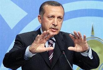 Recep Tayyip Erdogan wendet sich in der AKP-Parteizentrale an die Medien; Foto: AP