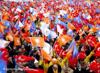 Wehende türkische Flaggen und AKP-Flaggen während einer Wahlverantaltung; Foto: AP