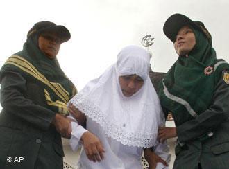 In Banda Aceh wird Körperstrafe im Rahmen der Scharia gegen eine Frau angewendet; Foto: AP