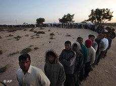 Flüchtlinge an der libysch-tunesischen Grenze; Foto: AP
