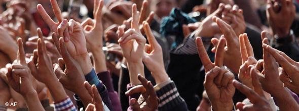 Viele Hände formen das Victory-Zeichen im Februar 2011 auf dem Tahrirplatz in Kairo; Foto: AP