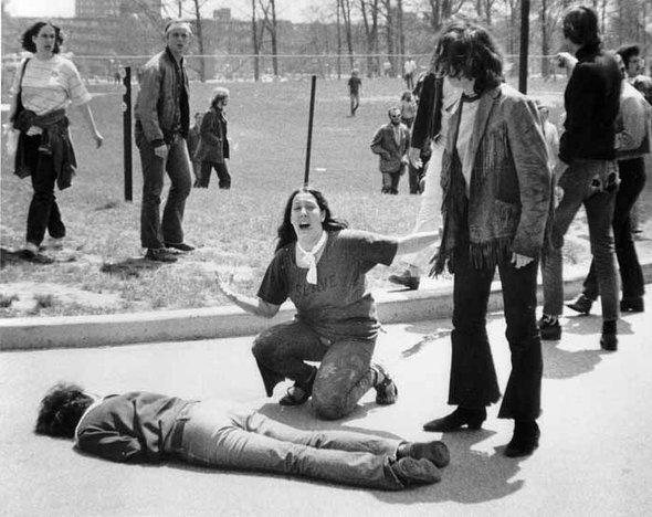 Ein beim Kent-State-Massaker erschossener Student liegt auf dem Boden neben entsetzten Kommilitonen; Foto: John Paul Filo/AP