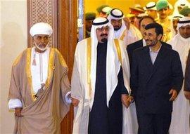 Der iranische Präsident Ahmadinedschad (rechts) mit dem saudischen König Abdullah (Mitte) und dem omanischen König Qabus (links)  beim Golfkooperationsrats in Doha 2007; Foto: AP