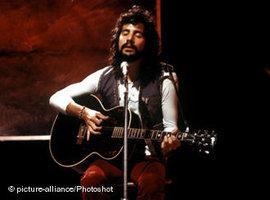 Yusuf bei einem Auftritt im Jahr 1971, als er sich noch Cat Stevens nannte; Foto: piture alliance/photoshot