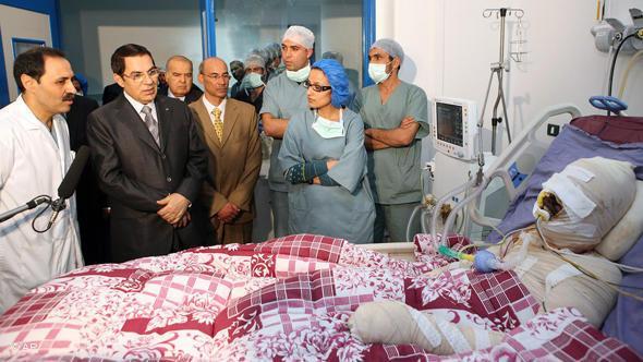 Muhammad Bouazizi im Krankenhaus während eines Besuchs von Ex-Präsident Ben Ali; Foto: AP