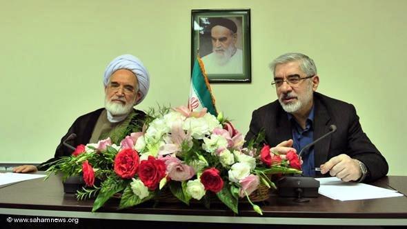 Iranische Oppositionelle Mirhosein Mussawi und Mehdi Karrubi bei einer Pressekonferenz; Foto: sahamnews/DW