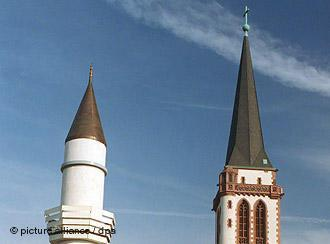 Yavuz-Sultan-Selim Moschee in Mannheim neben Turm der Liebfrauenkirche; Foto: