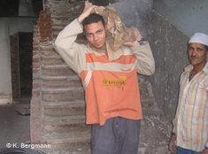Ein Arbeiter hilft beim Aufbau der koptischen Kirche von Sol; Foto: Kristina Bergmann/DW