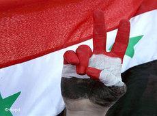Assad-Gegner formt Victory-Zeichen vor syrischer Botschaft in Amman; Foto: dapd