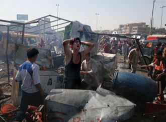 Ein Mann steht in den Trümmern eines Selbstmordanschlags in Sadr City, einem mehrheitlich schiitisch bewohnten Viertel Bagdads; Foto: AP