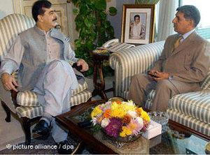 Der Chef des ISI, Ahmed Shuja Pasha (rechts), und der pakistanische Premierminister Yousuf Raza Gilani (links) im Gespräch; Foto: dpa