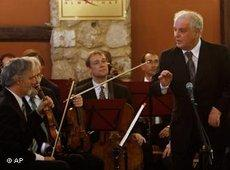 Zeichen gegen die kulturelle Blockade: Barenboim dirigiert am 3. Mai Mozart im Al Mathaf Cultural House in Gaza City; Foto: AP