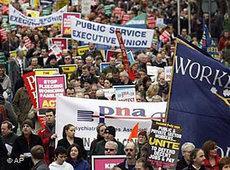 In der Schuldenfalle: Demonstrationen gegen den strikten Sparkurs der Regierung in Dublin; Foto: AP