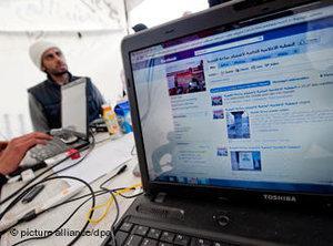 Facebook-Stand auf dem Regierungsplatz in Tunis während der Proteste gegen die Regierung im Januar; Foto: dpa