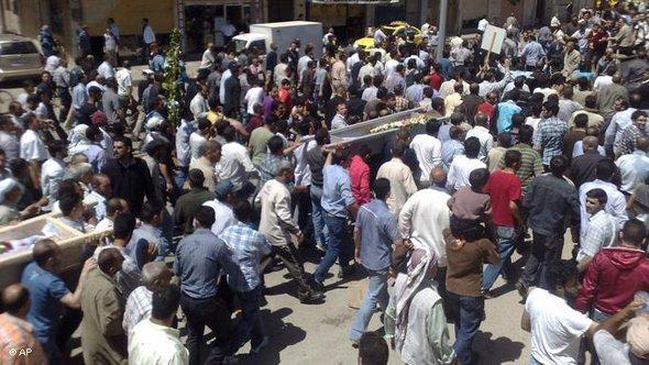 Trauerzug von Regierungsgegnern in Homs, die die Särge von getöten Demonstranten tragen; Foto: AP