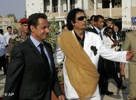 Nicolas Sarkozy und Muammar al-Gaddafi; Foto: AP