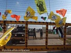 Jubel für den Freiheitshelden: Mit Flaggen am Grenzzaun begrüßen Palästinenser in Bil'in die Freilassung von Abdallah Abu Rahme, Koordinator des Bürgerkomitees Bil'in; Foto: dpa