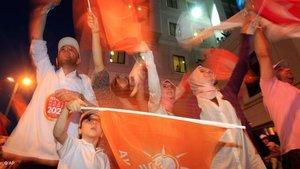 AKP-Anhänger in der Wahlnacht; Foto: AP