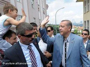 Erdogan with supporters; photo: picture-alliance/dpa