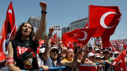 Gegner der AKP-Regierung während einer Protestkundgebung in Ankara 2008; Foto: AP